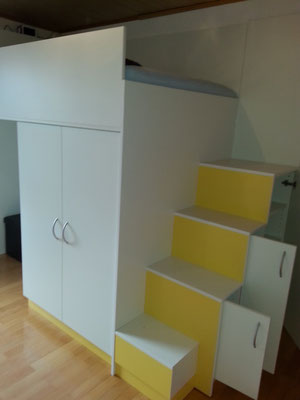 Treppe zum Hochbett mit integriertem Stauraum