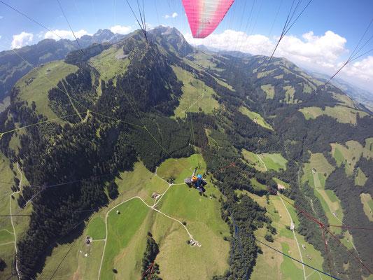 Flug im Alpstein, im Hintergrund Startplatz Ebenalp, Säntis, Kronberg