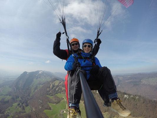 Flug hoch über den Hügelzügen des Jura