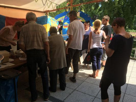Andrang am Kuchenstand