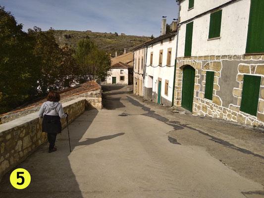 Tomamos calle abajo hasta llegar a un puente que no debemos coger, a no ser que queramos ir al pueblo