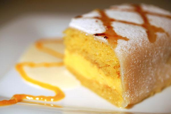 Nuestra tarta «Ponche de Segovia» con crema de vainilla y helado.