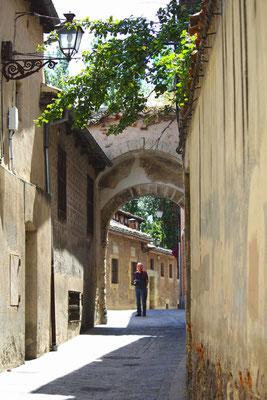 Puerta de la Claustra desde calle Velarde