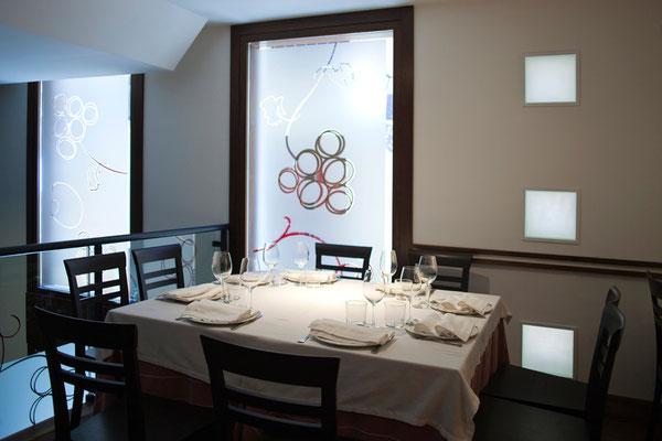 """La luz tamiza el espacio de """"El Anejón"""", este salón recibe el mismo nombre que el vino con el que se celebra el 25 aniversario de la primera plantación de la bodega."""