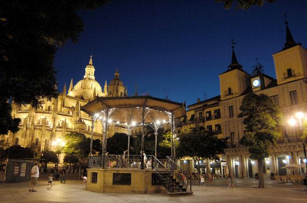 Quisco de la Plaza Mayor de Segovia con la Catedral al fondo