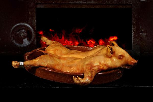 Cochinillo asado de nuestra corte y hornada, D. Marca de Garantía Cochinillo de Segovia