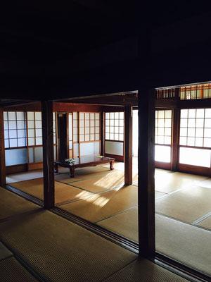 昔の庄屋さんの家らしく。とにかくなんでしょう、この大広間!襖で仕切れば6〜8部屋はあるよ