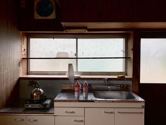キッチンもレトロで良い感じ。窓&勝手口があるのがさらにGOOD!