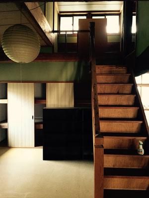 屋根裏部屋への階段までピカピカです。