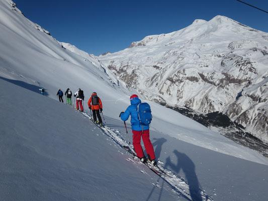 Cheget: Kurzer Aufstieg, steile lange Abfahrt