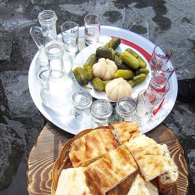 Gudauri: Schnaps, Brot und Saures zur Stärkung