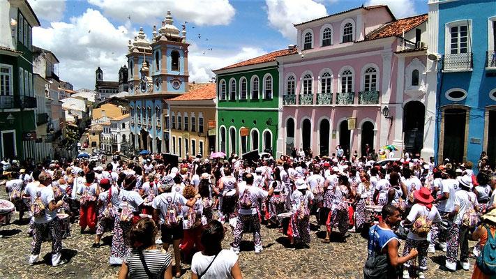 LES DEUX GROUPES DE LATALA INTERNATIONAL SUR LA PLACE  PELOURINHO AU CENTRE HISTORIQUE DE SALVADOR