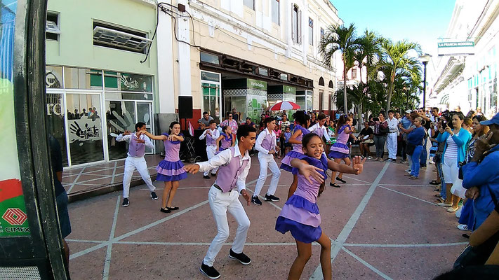 ENFANTS DANCENT DANS LA CALLE SAN FERNANDO A CIENFUEGOS