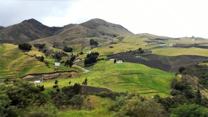 DANS LA SIERRA ANDINES DEPUIS LE BUS ENTRE BANOS AGUA SANTA ET GUAYAQUIL EQUATEUR