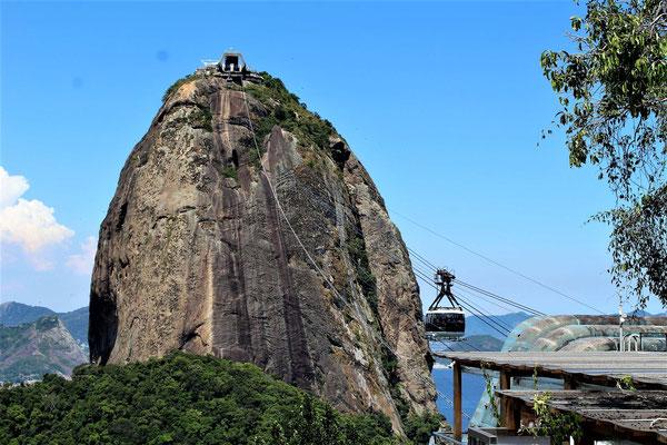 LE PAIN DE SUCRE VUE DU PREMIER TELEPHERIQUE A RIO DE JANEIRO BRESIL