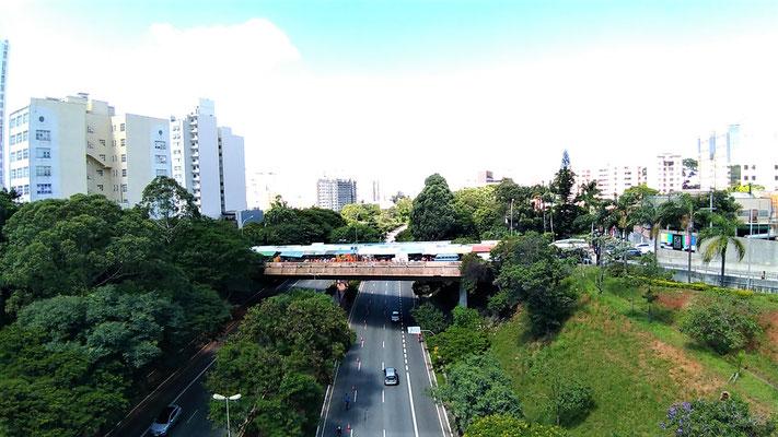 LE FOOD STREET SUR LE PONT RUE OSCAR FREIRE FERME A LA CIRCULATION LE DIMANCHE QUARTIER VILA MADALENA A SAO PAULO BRESIL