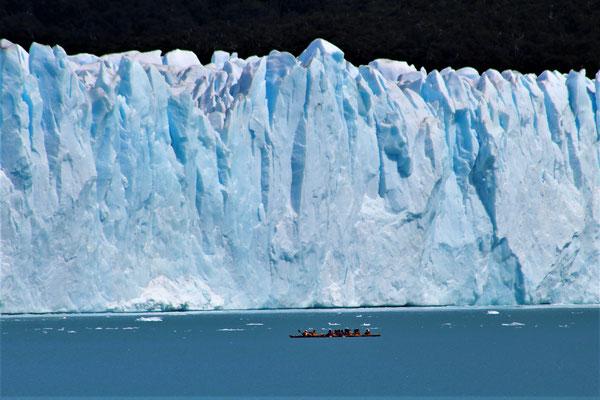 DES KAYAKS SUR LE LAC ARGENTINO AU PARC NATIONAL LOS GLACIARES ARGENTINE