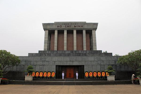 LE MAUSOLE DU PRESIDENT HO CHI MINH  SUR L'AVENUE HUNG VUONG A HANOI VIET NAM