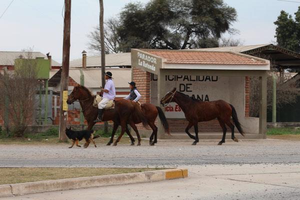 CAVALIERS DANS UN VILLAGE SUR LA ROUTE SUD SALTA ARGENTINE