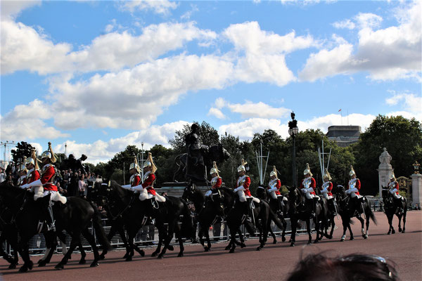 UN DETACHEMENT DE HORSE GUARDS DEVANT BUCKINGHAM PALACE
