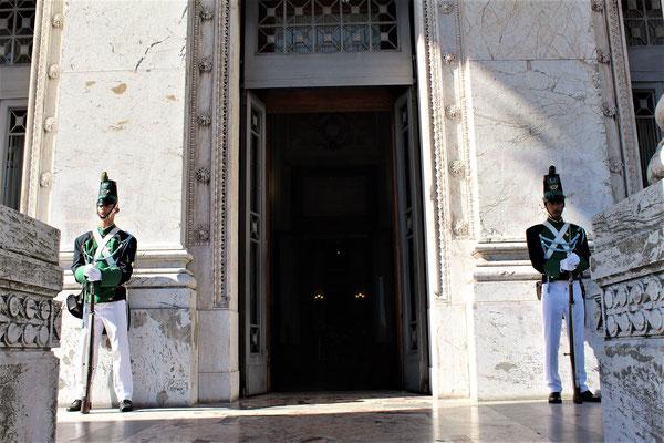 LES GARDES A L'ENTREE DU PALAIS LEGISLATIF DE LA REPUBLIQUE D'URUGUAY A MONTEVIDEO