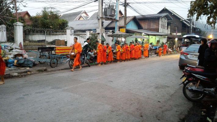 CEREMONIE DES OFFRANDES DANS LES RUES DE LUANG PRABANG AU LAOS