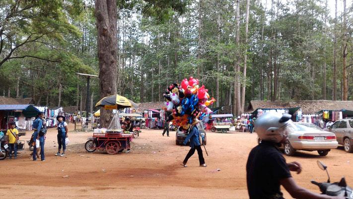 LA KERMESSE AU TEMPLE BAYON AUX TEMPLES D'ANGKOR AU CAMBODGE