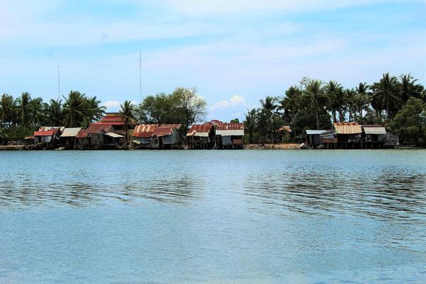 LA RIVE DROITE DE LA RIVIERE DE KAMPOT AU CAMBODGE