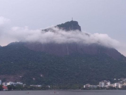 LE CORCOVADOR SUR UN NUAGE  VUE DE LA LAGUNE RODRIGO DE FREITAS A RIO DE JANEIRO BRESIL