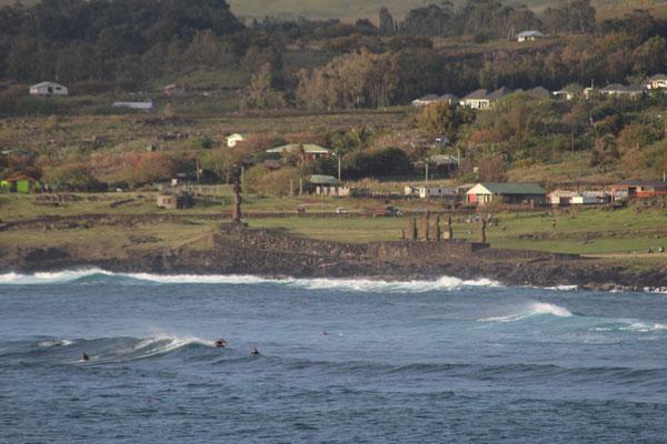 SITE AHU TAHAI ET SURFEURS ILE DE PAQUES CHILI