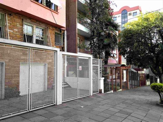 UNE RUE TYPE DE L'AMERIQUE DU SUD AVEC SES PROTECTIONS A PORTO ALEGRE BRESIL