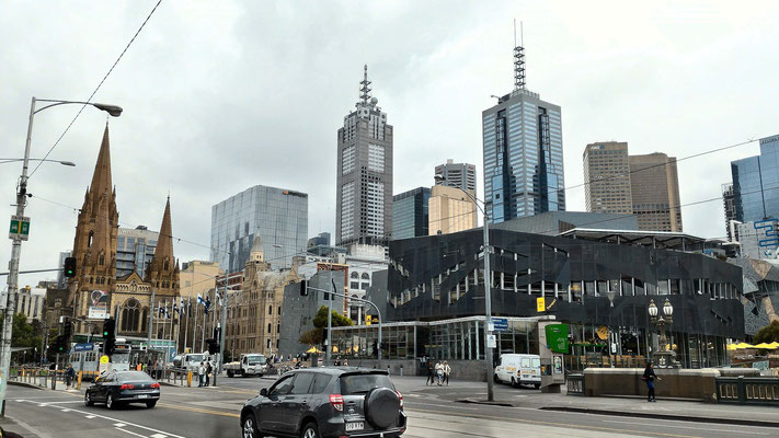 CATHEDRALE SAINT PAUL LE CENTRE ET LE NATIONAL GALLERY DE VICTORIA A DROITE MELBOURNE AUSTRALIE