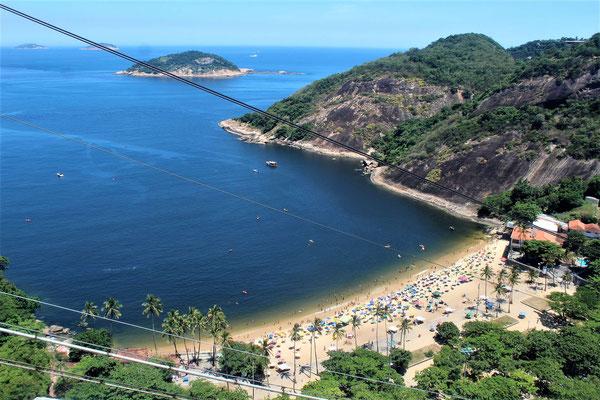 LA PLAGE VERMELHA AU SUD DU PREMIER TELEPHERIQUE DU PAIN DE SUCRE A RIO DE JANEIRO BRESIL