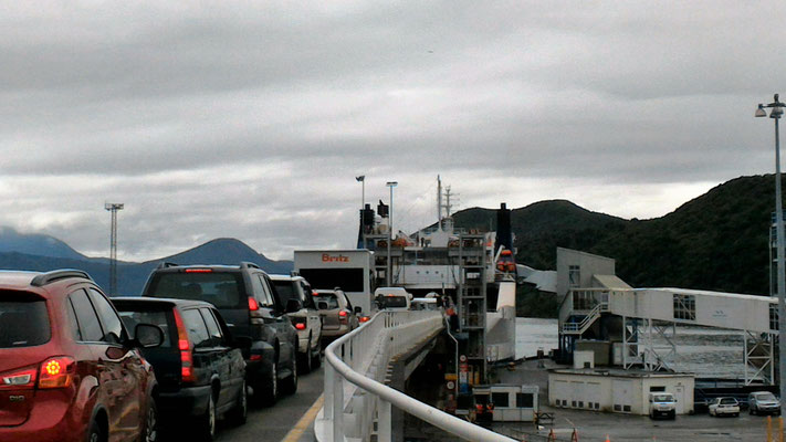 ENTREE DANS LE FERRY PORT DE PICTON ILES DU SUD NZ