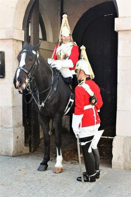 UN DES DEUX HORSE GUARD ET UN GARDE DEVANT L'ENTREE DE LA CASERNE