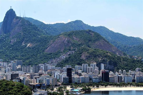 LE CORCOVADO LA COLLINE MIRANTE DONA MARTA ET LE QUARTIER BOTAFOGO VUE DU PREMIER TELEPHERIQUE DU PAIN DE SUCRE A RIO DE JANEIRO BRESIL
