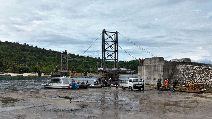 LE PONT SUSPENDU EN COURS DE RECONSTRUCTION ENTRE CENINGAN ET LEMBONGAN BALI