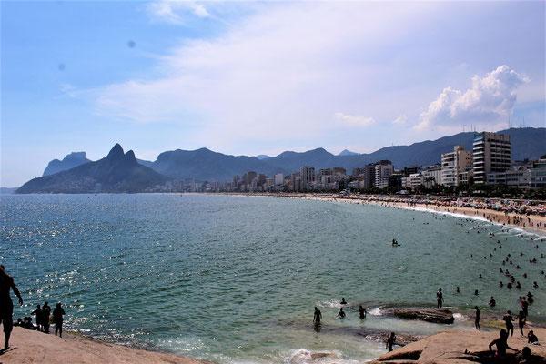 LA PLAGE IPANEMA ET AU DEUXIEME PLAN LA PLAGE LEBLON A RIO DE JANEIRO BRESIL