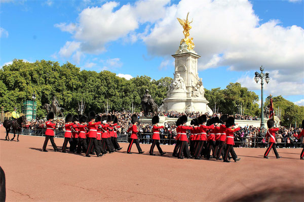 LA GARDE DESCENDANTE QUITTE BUCKINGHAM PALACE