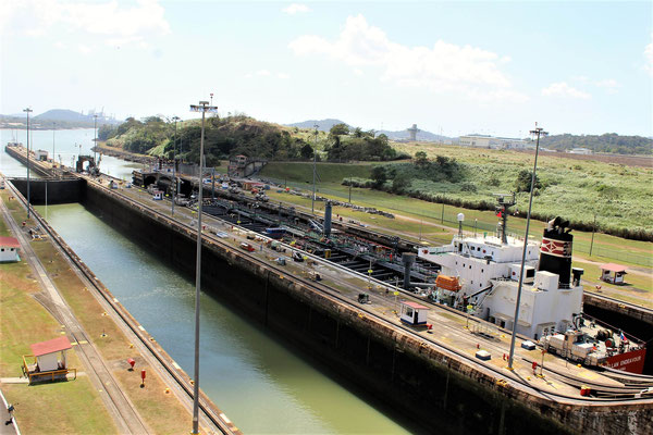 UN BATEAU PASSANT DANS LA DEUXIEME ECLUSE MIRAFLORES CANAL DE  PANAMA