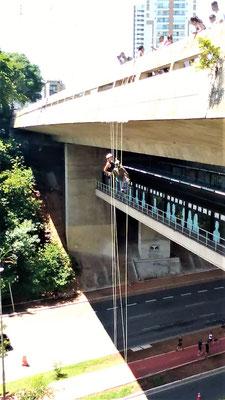 DESCENTE EN RAPPEL SUR LE PONT DU METRO SUMARE QUARTIER VILA MADALENA A SAO PAULO BRESIL