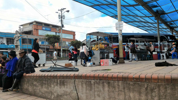UN ARRET EN BUS DANS LA SIERRA ANDINES ENTRE BANOS AGUA SANTA ET GUAYAQUIL EQUATEUR