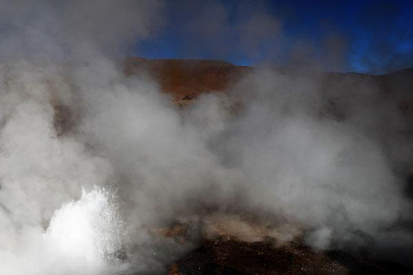 LES FUMEROLLES D'UN GEYSER AUX GEYSERS DE TATIO CHILI