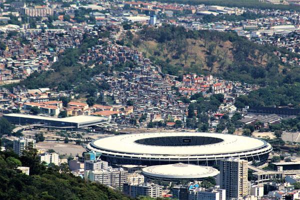LE  STADE MARACANA ET LA FAVELA MAGUEIRA VUE DU CHRIST REDEMPTEUR A RIO DE JANEIRO BRESIL