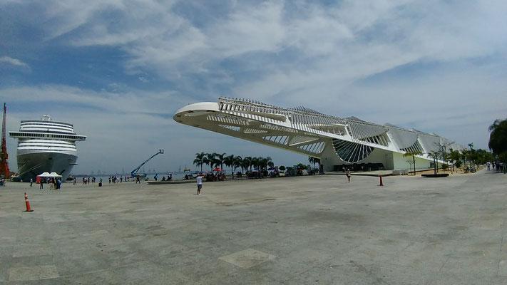 LE MUSEE DE DEMAIN ET UN DES QUATRES BATEAUX DE CROISIERE A QUAI A RIO DE JANEIRO BRESIL
