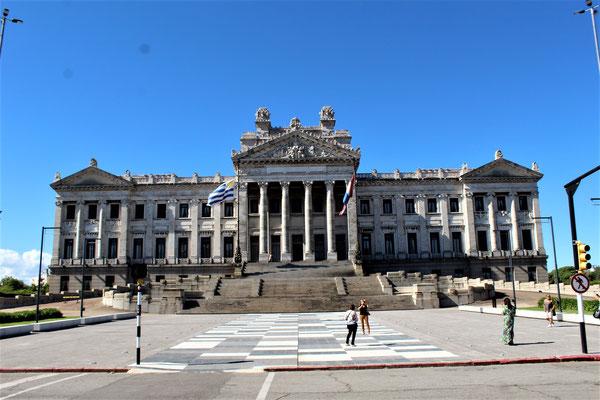 LE PALAIS LEGISLATIF DE LA REPUBLIQUE D'URUGUAY A MONTEVIDEO