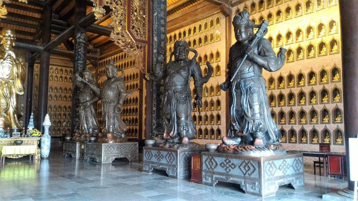 STATUES DE GUERRIERS DANS LE BATIMENT DU BOUDDHA SAKYAMUNI A LA PAGODE BAI DINH PRES DE NINH BINH
