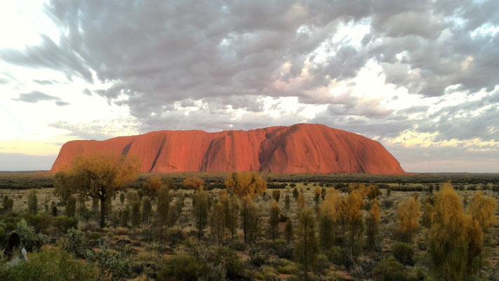 LEVER DU SOLEIL SUR SUR ULURU DEPUIS LE TALINGURU NOUTH TERRITORY AUSTRALIE