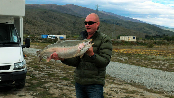 TRUITE SAUMONEE DE 8KG DANS LAC BENTREMORE PRES DE TWIZEL ILE DU SUD NZ