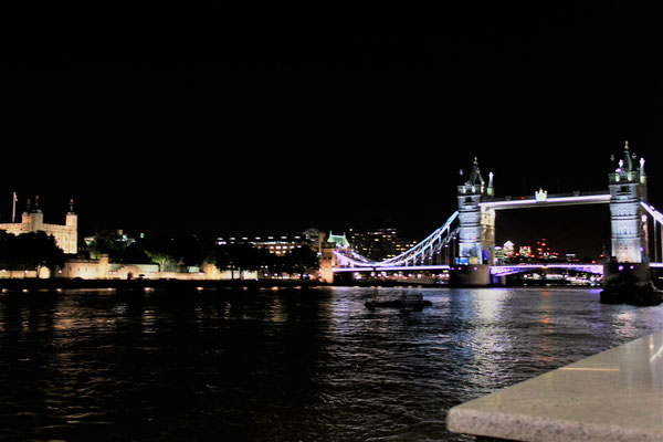 LE TOWER BRIDGE ET LA TOUR DE LONDRES